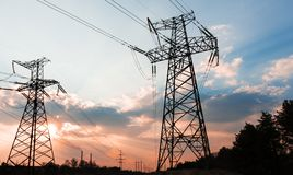 Linee elettriche ad alta tensione Stazione di distribuzione di elettricit? Torre elettrica ad alta tensione della trasmissione Di immagini stock libere da diritti