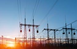 Linee elettriche ad alta tensione Stazione di distribuzione di elettricit? Torre elettrica ad alta tensione della trasmissione Di fotografie stock