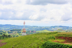 Linee elettriche ad alta tensione torre sulla montagna verde Fotografie Stock Libere da Diritti