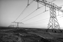 Linee elettriche ad alta tensione in valle del deserto Immagine Stock Libera da Diritti