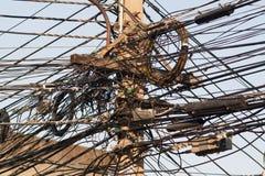 Linee elettriche aggrovigliate Immagini Stock