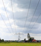 Linee elettriche attraverso il paesaggio fotografie stock libere da diritti