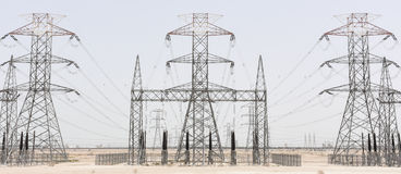 Linee elettriche dei cavi ad alta tensione Immagine Stock Libera da Diritti