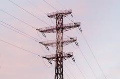 Linee elettriche del cuscinetto su un tramonto Fotografie Stock