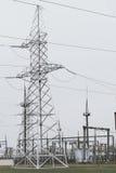 Linee elettriche della trasmissione di elettricità torre di alta tensione Immagini Stock