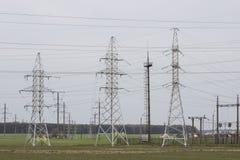 Linee elettriche della trasmissione di elettricità torre di alta tensione Immagine Stock Libera da Diritti