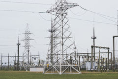 Linee elettriche della trasmissione di elettricità torre di alta tensione Fotografia Stock