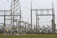Linee elettriche della trasmissione di elettricità torre di alta tensione Fotografia Stock Libera da Diritti