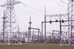 Linee elettriche della trasmissione di elettricità torre di alta tensione Immagini Stock Libere da Diritti