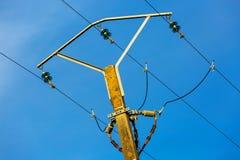 Linee elettriche e cavi elettrici del palo con cielo blu immagini stock