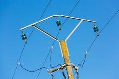 Linee elettriche e cavi elettrici del palo con cielo blu fotografie stock libere da diritti