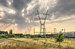 Linee elettriche e cielo drammatico Fotografie Stock Libere da Diritti