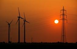 Linee elettriche e generatori del mulino a vento Fotografia Stock Libera da Diritti
