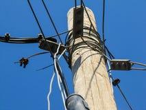 Linee elettriche e palo Fotografia Stock