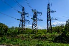 Linee elettriche e torri ad alta tensione contro il cielo Fotografia Stock Libera da Diritti