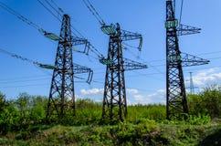 Linee elettriche e torri ad alta tensione contro il cielo Fotografia Stock