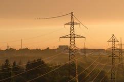 Linee elettriche illuminate dal tramonto Fotografia Stock Libera da Diritti