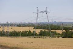 Linee elettriche nei grattacieli di distanza immagine stock
