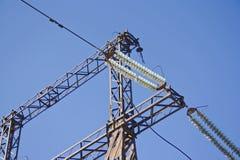 Linee elettriche su un fondo del cielo blu Immagini Stock