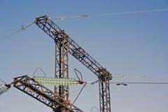 Linee elettriche su un fondo del cielo blu Fotografie Stock Libere da Diritti