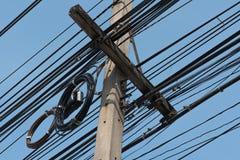 Linee elettriche sudicie sul palo elettrico immagine stock libera da diritti