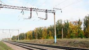 Linee elettriche sulla ferrovia La Russia video d archivio
