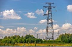 Linee elettriche, torri e piloni Immagini Stock Libere da Diritti