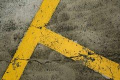 Linee gialle del posto-macchina su pavimentazione nera Fotografie Stock