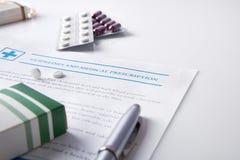 Linee guida e prescrizione medica con le bolle del farmaco elevate fotografia stock