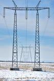 Linee internazionali e piloni di corrente elettrica Fotografia Stock Libera da Diritti