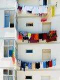 3 linee lavare su una costruzione di appartamento immagini stock libere da diritti