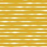 Linee orizzontali fondo senza cuciture di vettore Linee bianche sul fondo dell'oro Disegno astratto del reticolo Righe geometrich royalty illustrazione gratis