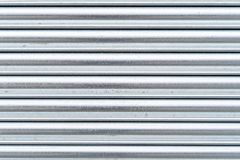 Linee orizzontali grige d'argento del metallo di lerciume - struttura/fondo di alta qualità immagini stock