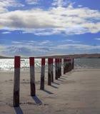 Linee principali del cielo blu dei pali della spiaggia della natura Immagine Stock Libera da Diritti