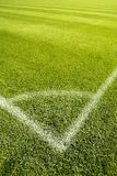 Linee Verde d'angolo dell'erba di gioco del calcio del campo bianche Fotografie Stock