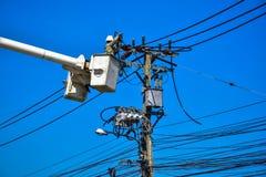 Lineman do eletricista que repara o trabalho no polo de poder bonde do cargo Imagens de Stock Royalty Free