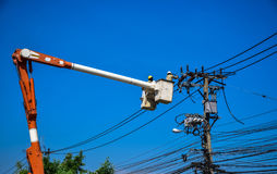 Lineman do eletricista que repara o trabalho no polo de poder bonde do cargo Fotografia de Stock