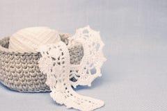 Linen деревенская коробка вязания крючком с белым шнурком вязания крючком Естественная картина консультации ткани вязания крючком Стоковые Изображения