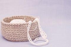 Linen деревенская коробка вязания крючком с белым шнурком вязания крючком Естественная картина консультации ткани вязания крючком Стоковая Фотография