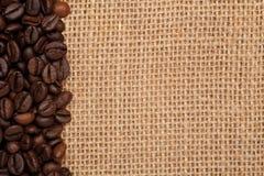 Linen текстура с кофейными зернами стоковое фото