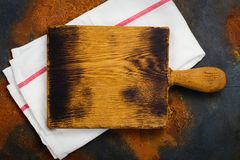 Linen kitchen towel and cutting board Royalty Free Stock Photos