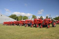 Lineup av Farmall traktorer på Dalton royaltyfria bilder