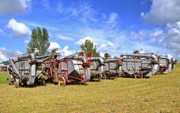 Lineup av gammalt tröska - maskiner royaltyfri bild