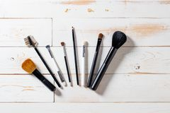 Lineup av konstnärmakeuptillbehör med ögonskugga- och rodnadborstar royaltyfria bilder