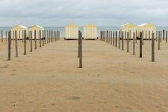 Lineup av pastellfärgade kulöra strandkojor i Belgien royaltyfria foton