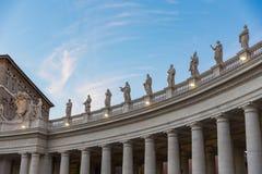 Lineup av roman statyer på fyrkanten för St Peter ` s i Rome Italien på gummin arkivbild