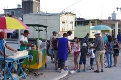Lineup för en snabbmat och drinkar i liten kubansk stad under festival arkivfoton