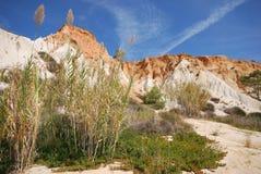 Lingüeta, penhascos vermelhos e céu azul (o Algarve, Portugal) Fotografia de Stock