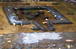 Lingams высекло на скалистом русле реки Кампучии стоковые изображения rf