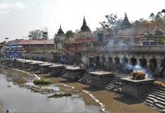 Lingamsen i den Pashupatinath templet i Katmandu arkivbild